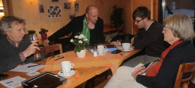 Der scheidende Chef der Bergmarathon-Organisation, Detlef Kaczmarek, Patrick Saupe vom MTV Goslar, Nils Wentzlaff von der TSG Bad Harzburg und MTK-Vorsitzende Hanne-Lore Bruns (v.li.) beraten über den Bergmarathon 2017. Foto: Bruns